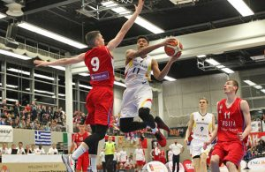 Kostja Mushidi von der deutschen Jugend-Nationalmannschaft springt beim Albert-Schweitzer-Turnier zum Korb.