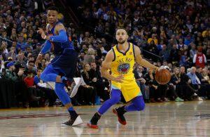 Steph Curry von den Golden State Warriors kommt im Duell mit Russell Westbrook zum Wurf.
