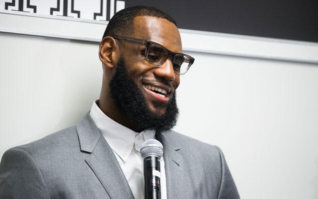 """LeBron James bei der Einweihung seiner """"I Promise"""" Schule."""