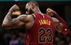 LeBron James zeigt bei einem NBA-Spiel der Cleveland Cavaliers gegen die Los Angeles Lakers seine Muskeln.