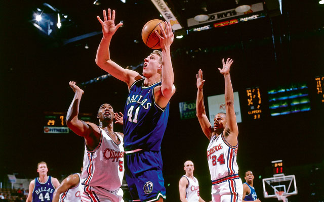 Dirk Nowitzki von den Dallas Mavericks in seiner Rookie-Saison gegen die Clippers.