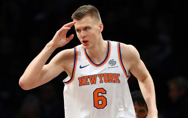 Kristaps Porzingis von den New York Knicks feiert einen Korberfolg während eines NBA-Spiels.