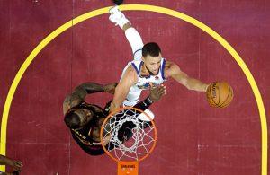 Steph Curry von den Golden State Warriors kommt im Duell mit Cavaliers-Star LeBron James zum Abschluss.