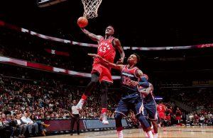 Pascal Siakam von den Toronto Raptors erzielt im NBA-Spiel gegen die Washington Wizards per Dunk einen Korb.
