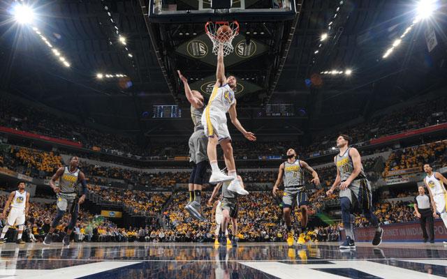 Klay Thompson von den Golden State Warriors erzielt in einem NBA-Spiel einen Korb.